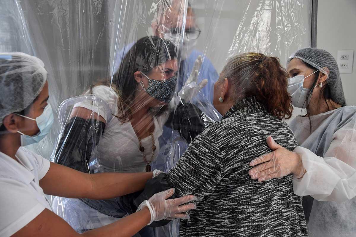 """CREAN """"CORTINA DE ABRAZOS"""" PARA ADULTOS MAYORES CON COVID-19 EN BRASIL"""