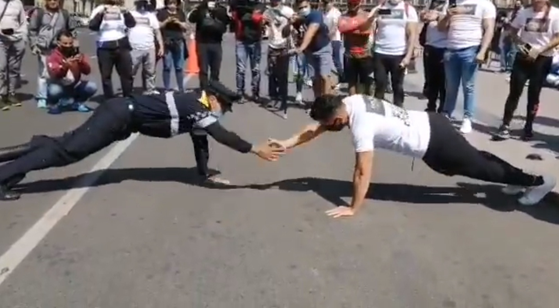 VIDEO: POLICÍA DE CDMX VENCE A MANIFESTANTE ¡EN UN DUELO DE LAGARTIJAS!
