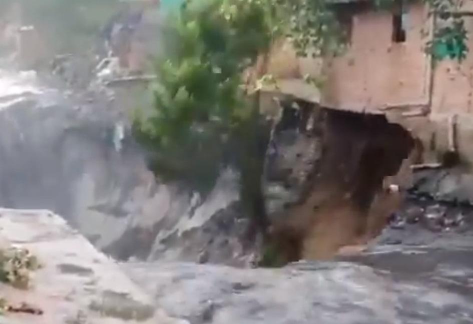 VIDEO: DRAMÁTICO COLAPSO DE UNA CASA EN DELHI