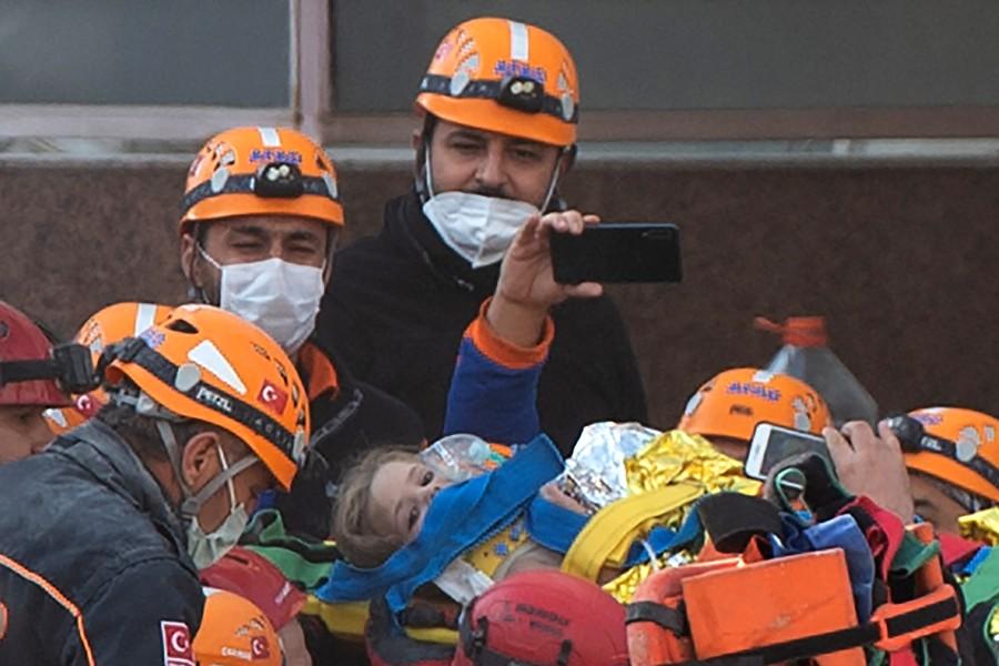 RESCATAN A OTRA NIÑA DE LOS ESCOMBROS DE UN EDIFICIO TRAS SISMO EN TURQUÍA