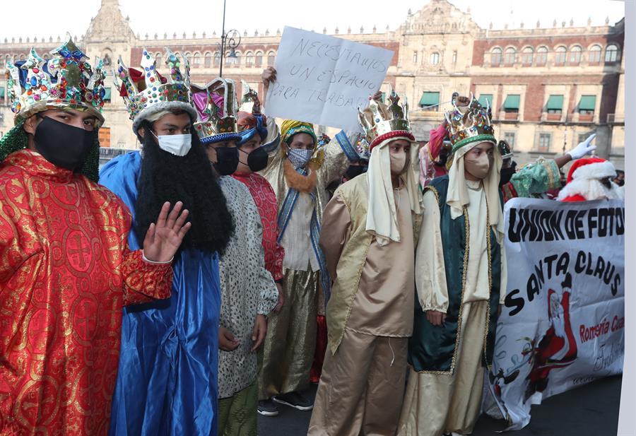 REYES MAGOS Y SANTA CLAUS PROTESTAN POR SUSPENSIÓN DE ROMERÍAS NAVIDEÑAS EN LA CDMX