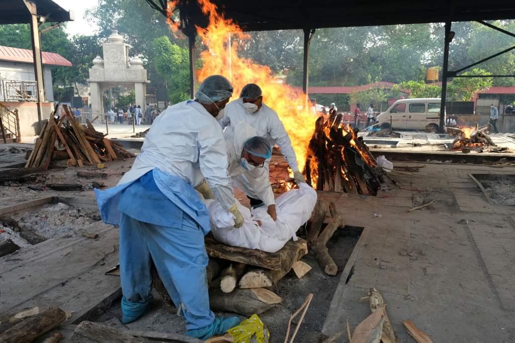 HOSPITALES COLAPSAN EN INDIA POR COVID-19; DRON CAPTA CREMACIONES MASIVAS