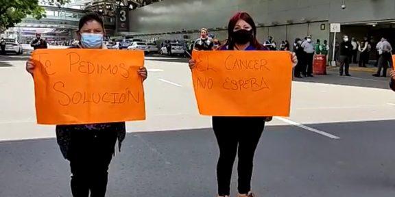 PADRES DE NIÑOS CON CÁNCER BLOQUEAN ACCESO A TERMINAL 1